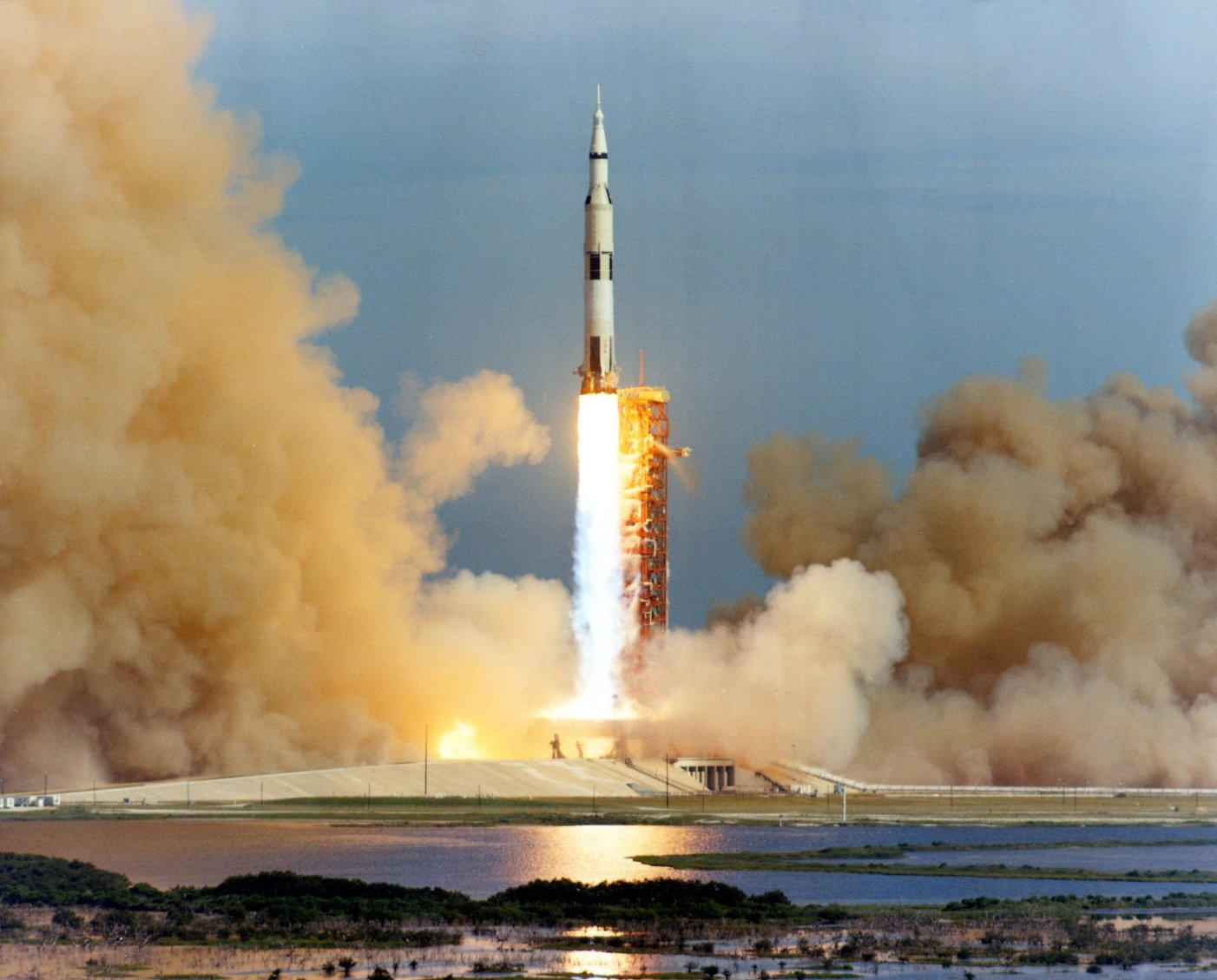 Apollo_15_launch_medium_distance